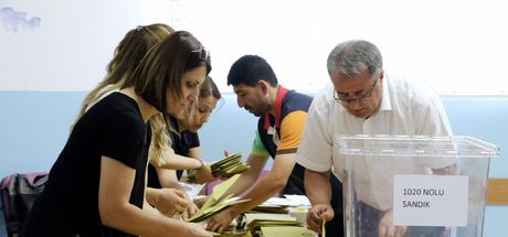 Antalya'da oy pusulalarını telefonlarıyla görüntüleyen 21 kişiye işlem yapıldı