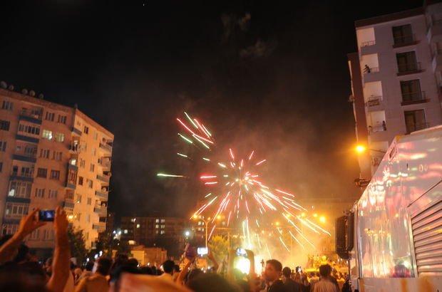 Barajı aşan HDP'den havai fişekli kutlama