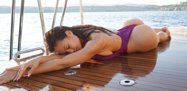 Daphne Joy, Yunanistan'da tatil yapıyor