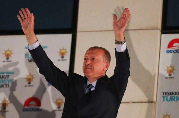 Son dakika... Cumhurbaşkanı Erdoğan'dan gece 3'te balkon konuşması: Tarih yazıyorsunuz