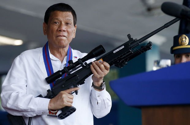 Duterte tepki çeken açıklamalarına yenisini ekledi: Tanrı aptal!