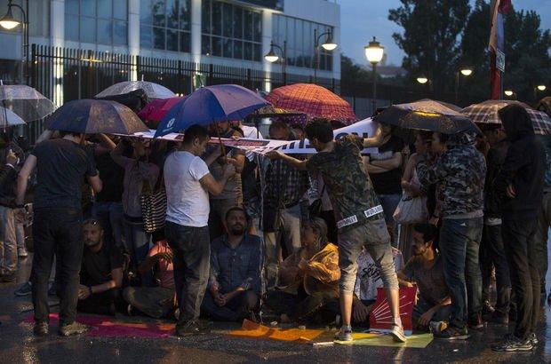 CHP'li gençlerin oturma eylemi sürüyor