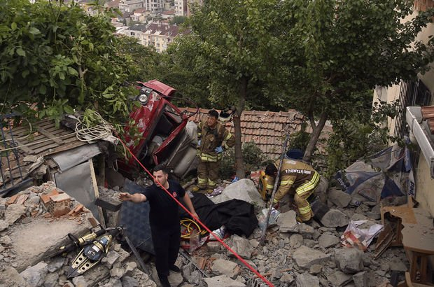 Eyüpsultan'da freni patlayan kamyonet evin çatısına uçtu: 1 ölü