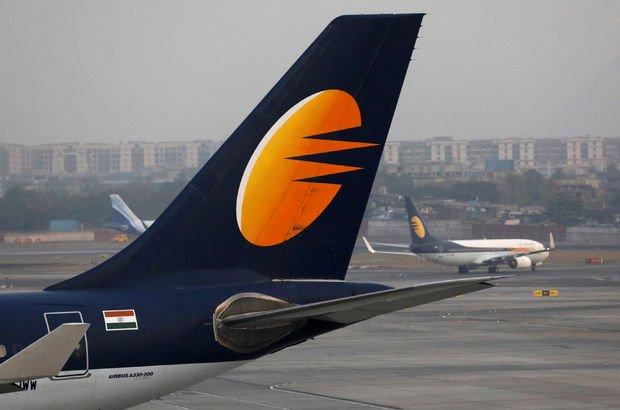 Mumbai'de binaların üzerine uçak düştü!
