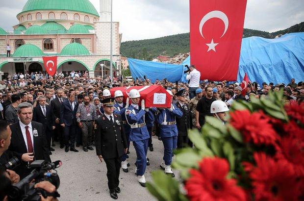 Son dakika... Bursalı şehidin cenazesinde CHP çelengi gerginliği