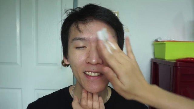YouTube fenomenleri yok gibi görünen erkek makyajı yaptı!