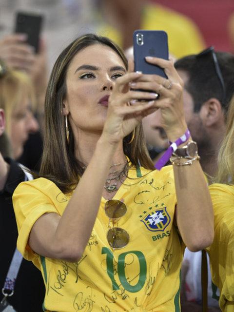 Alessandra Ambrosio'dan Dünya Kupası selfie'si - Magazin haberleri