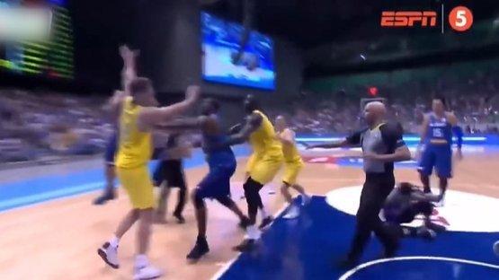 Basketbol maçında yumruk yumruğa kavga!