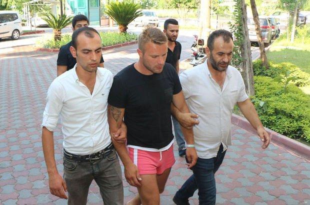 Rus turist deri mağazasını soydu