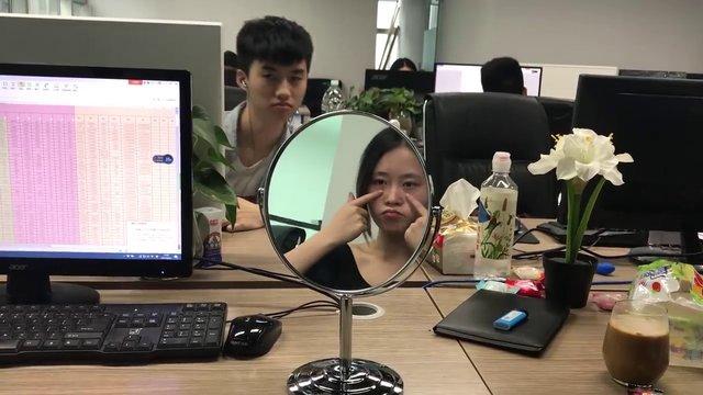 Çinli YouTube fenomeni Ms Yeah ofisteki yiyeceklerle makyaj yaptı!