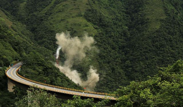 Kolombiya'da 9 işçinin öldüğü köprü inşaatı patlayıcılarla yıkıldı