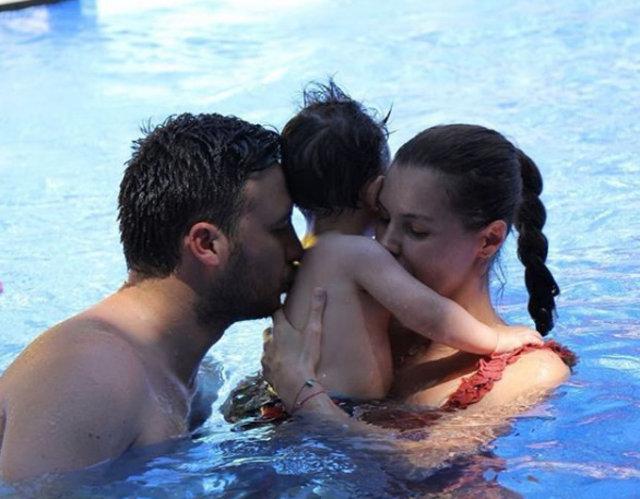 Hatice Şendil-Burak Sağyaşar çiftinden havuzda aile pozu - Magazin haberleri