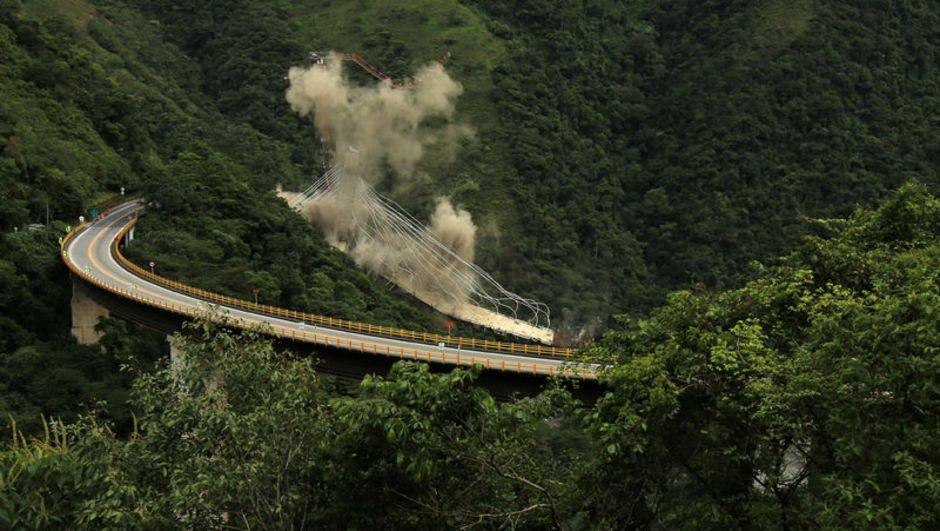 İşçilerin öldüğü köprü inşaatı patlayıcılarla yıkıldı