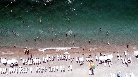 Ege sahillerini aratmadı! Van Gölü'nün mavi bayraklı plajı tatilci akınına uğradı