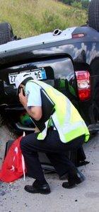 Olay yerine gelen polis, arabanın yanına gidip bunu yaptı!