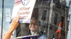 İngiltere'de başörtülü şoförün kullandığı otobüs İslam karşıtlarınca kuşatıldı