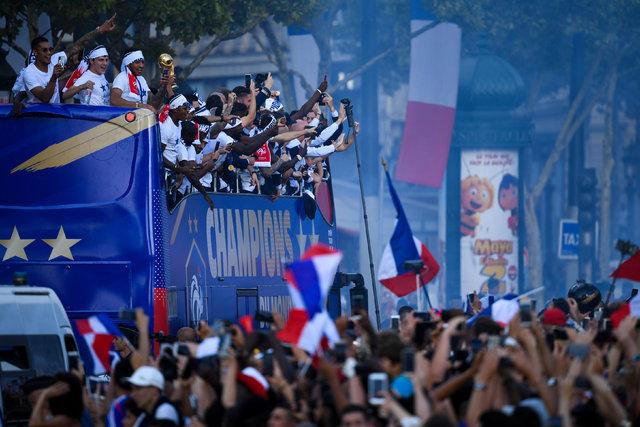Dünya Kupası'nı kazanan Fransa Milli Takımı, Paris'te büyük coşkuyla karşılandı