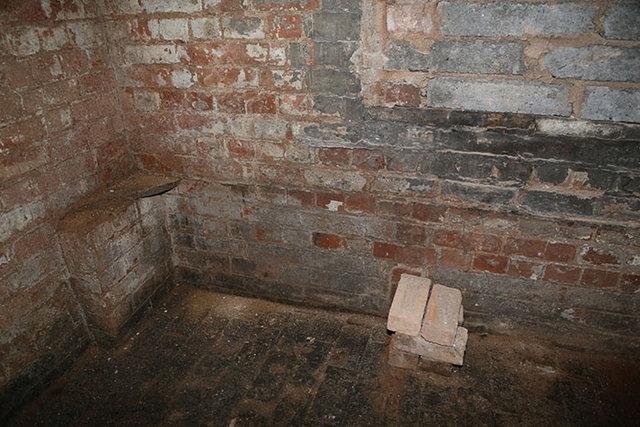Yeni taşındığı evde bulduğu gizli kapı bakın nereye çıktı?