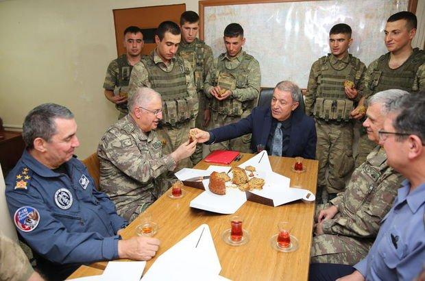 Hulusi Akar'dan askerlere ev yapımı kek ikramı