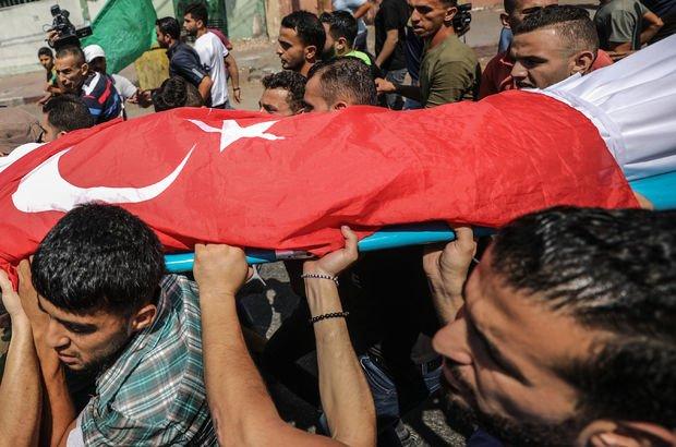 Filistinli şehidin üzerinde Türk bayrağı detayı