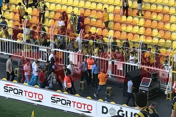 Ali Koç maç öncesi taraftarlarla bütünleşti (Fenerbahçe Feyenoord)