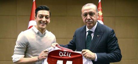 Mesut Özil'den açıklama: Yine aynı fotoğrafı çektirirdim