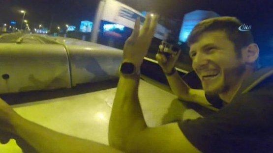 Pavel Smirnov'dan metrobüs sörfü! Arkadaşlarıyla birlikte hayatını tehlikeye attı