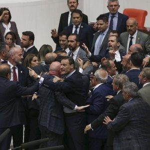 HDP'Lİ AHMET ŞIK'A 2 BİRLEŞİM MECLİSTEN ÇIKARILMA CEZASI