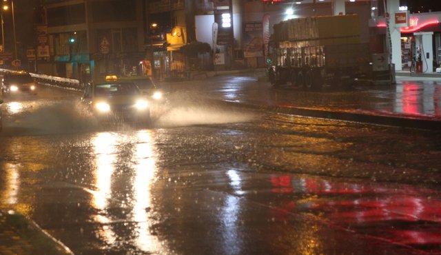İstanbul'da şimşekler geceyi gündüze çevirdi