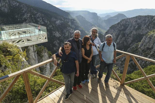 Çatak Kanyonu üzerindeki cam terasa ziyaretçi ilgisi