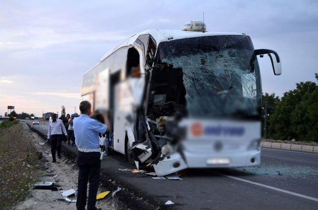 Yolcu otobüsü tırla çarpıştı 1'i ağır 23 kişi yaralandı