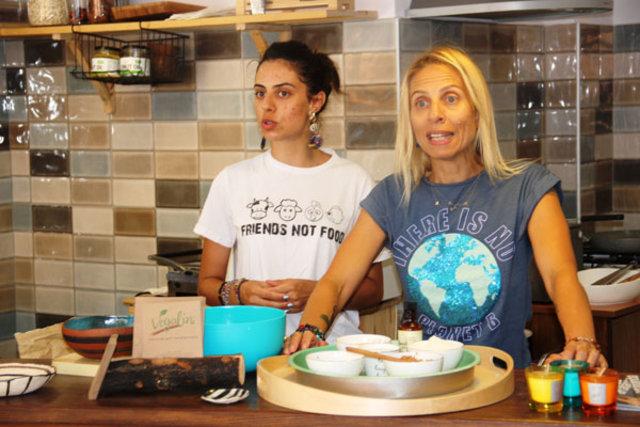 Zeynep Casalini garsonluk yapıyor - Magazin haberleri