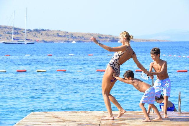 Çağla Şıkel annesi ve çocuklarıyla tatilde - Magazin haberleri
