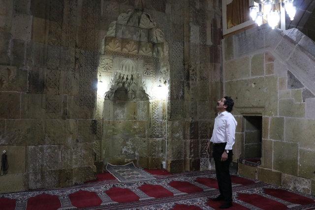 """Cami kapısındaki """"taçlı kadın başı"""" silüeti turistlerin ilgi odağı"""