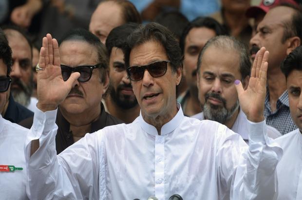 Pakistan seçimlerinde eski kriketçi İmran Han önde, rakipleri 'Hile yapıldı' diyor