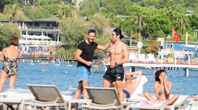 Uğur Güneş 40 derecede siyah tişörtle plajda! - Magazin haberleri