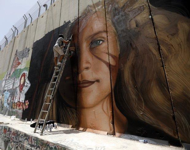 Filistin'in cesur kızı Ayrım Duvarı'nda