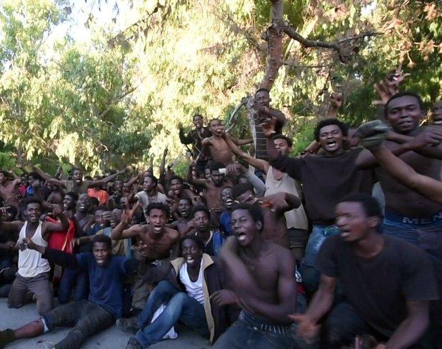 Afrikalı göçmenler sınırı geçince çocuklar gibi sevindi! İşte o anlar...