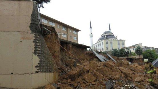Sancaktepe'de toprak kayması! Okulun duvarı çöktü