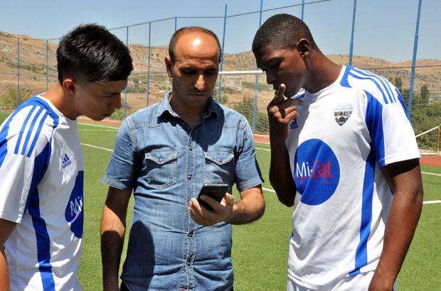 Kolombiyalı iki futbolcu Diyarbakır'ın Çermik ilçesine geldi, çeviri uygulamasıyla yaşıyor