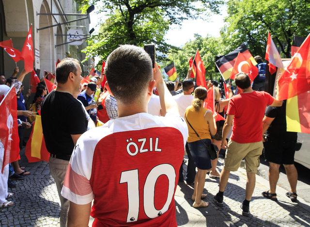 Berlin'de Mesut Özil'e destek yürüyüşü yapıldı!