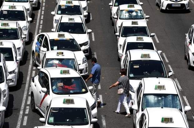 İspanyol taksiciler Uber ve benzer şirketleri protesto için yol kapattı