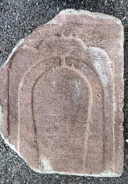 Okulun bahçe duvarındaki mezar taşları söküldü