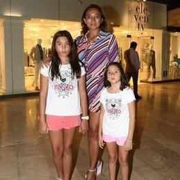 Kızlarıyla tatil yapıyor