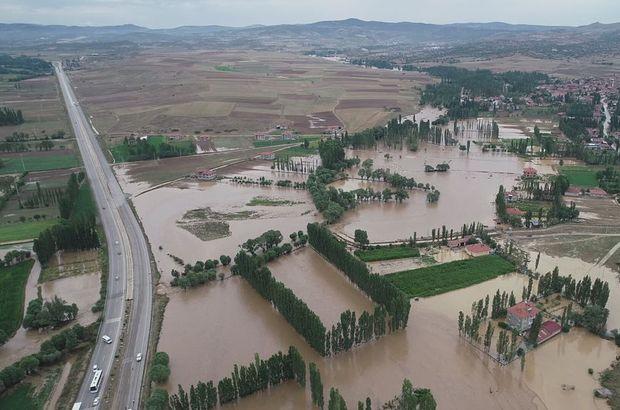 Afyonkarahisar'da sel felaketi! Araçlar yolda mahsur kaldı