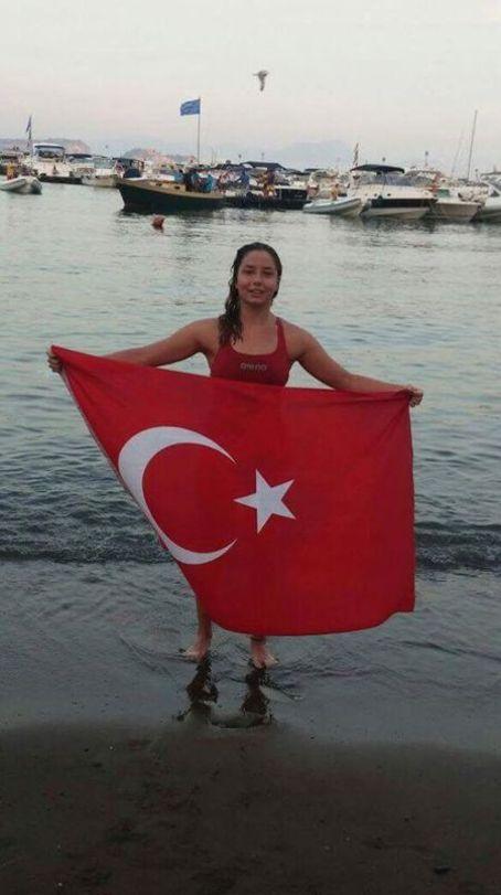 Manş Denizini yüzerek geçen Bengisu Avcı en genç Türk kadını oldu 23