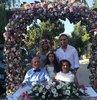 78 ve 80 yaşındaki Gülten ve Mustafa Güneş çifti, 60 yıllık evli. 6 çocuk ve 9 torun sahibi. Yarım asır önce görücü usülüyle evlenen çiftin içinde düğünlerinin yapılmaması ukde kalmış. İşte Mustafa Güneş geçen gün eşinin bu hayalini gerçekleştirdi. Çift, 60 yıl sonra düzenlenen temsili nikah ve düğün töreniyle bir kez daha, bu kez 400 kişinin katıldığı bir sokak organizasyonuyla dünyaevine girdi. Yanlarında ise çocukları ve torunları vardı.