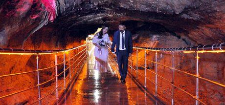 Mühendis çift, kentin tanıtımı için mağarada nikah kıydı