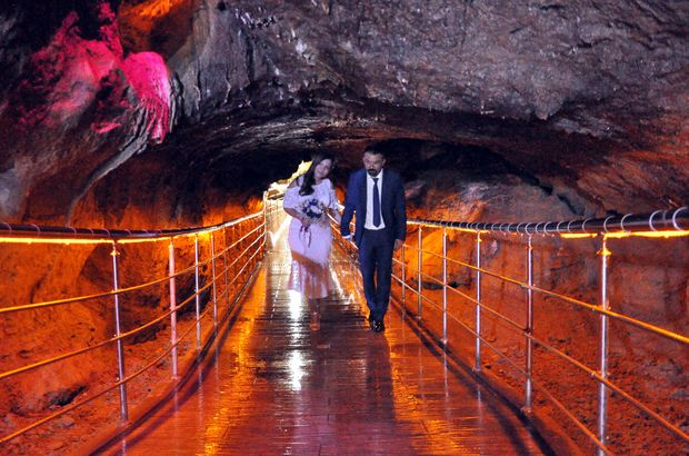 Kentin tanıtımı için mağarada evlendiler