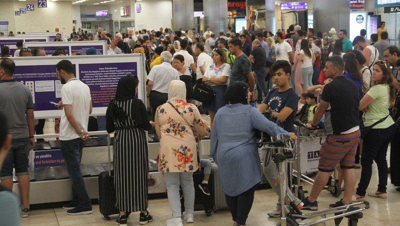 İstanbul Atatürk Havalimanı'nda tatil dönüşü yoğunluğu başladı